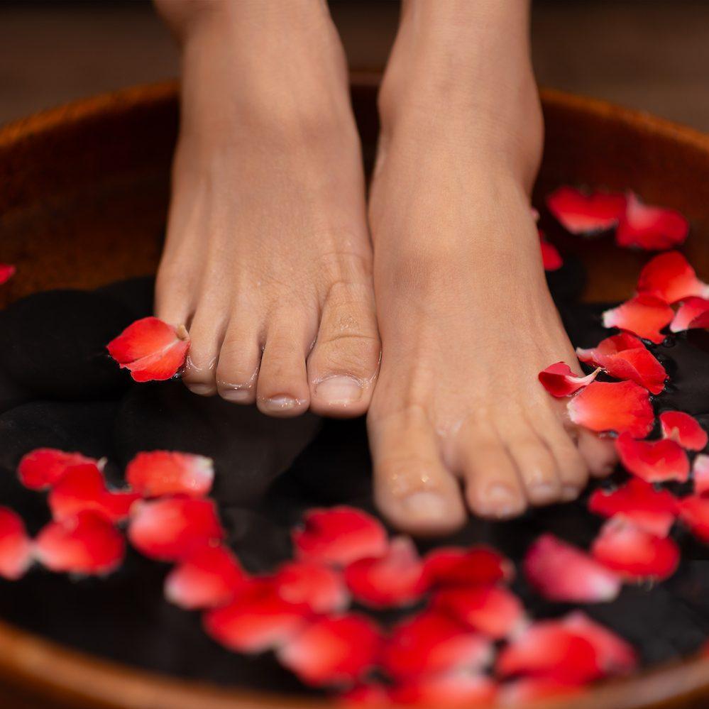 Ein Fußbad vor der Nachtpflege beruhigt vor dem Schlafengehen